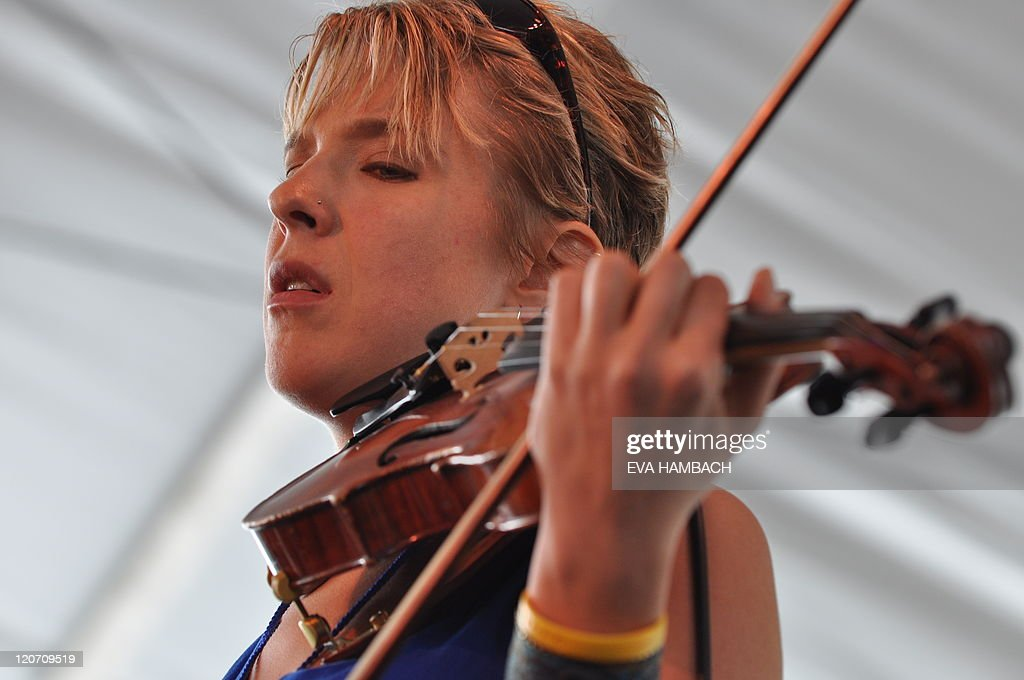 Sara Caswell on violin performs with bass player Esperanza Spalding