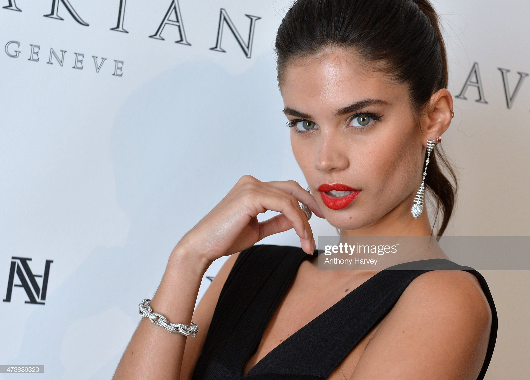 Sara Sampaio (galería de fotos) - pictures Sara-sampaio-visits-the-avakian-suite-during-the-68th-annual-cannes-picture-id473889320?s=2048x2048