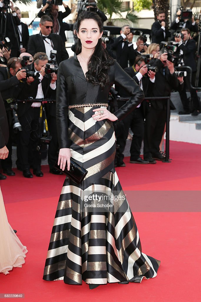 """The Unknown Girl (La Fille Inconnue)"" - Red Carpet Arrivals - The 69th Annual Cannes Film Festival : Foto jornalística"