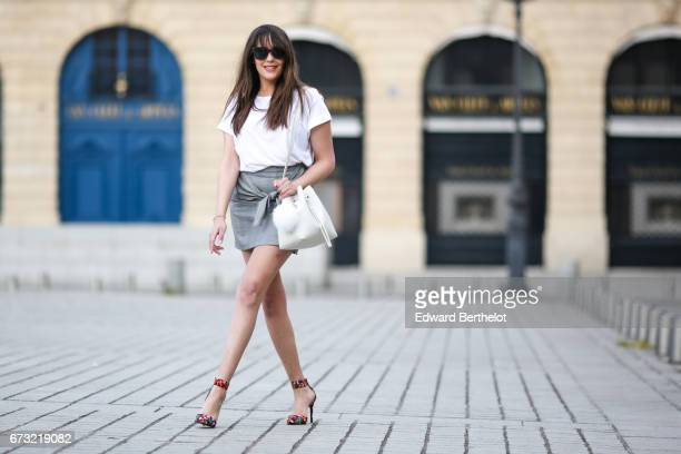 Sarah Benziane fashion blogger Les Colonnes de Sarah wears an HM white tshirt a Newlook gray skirt with a knot a Lancaster white bag with a pompom...