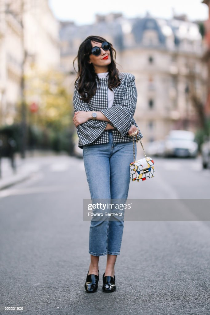 Street Style - Paris - March 2017 : News Photo