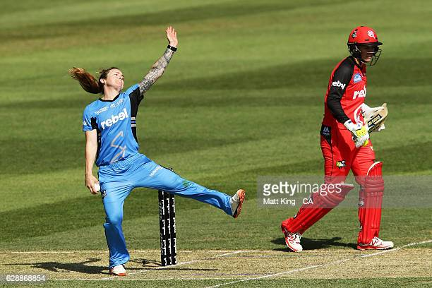 'SYDNEY AUSTRALIA DECEMBER 10 Sarah Coyte of the Strikers bowls during the Women's Big Bash League match between the Adelaide Strikers and the...