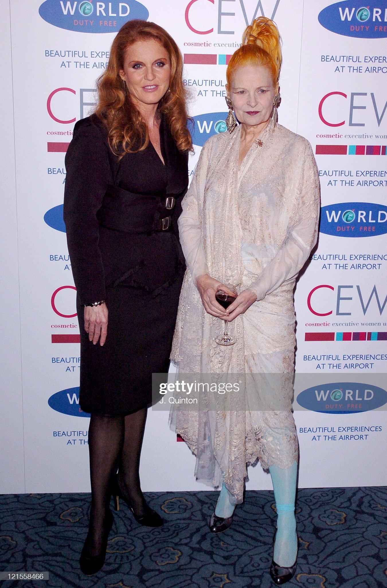Вечерние наряды Отем пока еще Филлипс и Сары Йоркской Cosmetic Executive Women Achiever Awards : News Photo