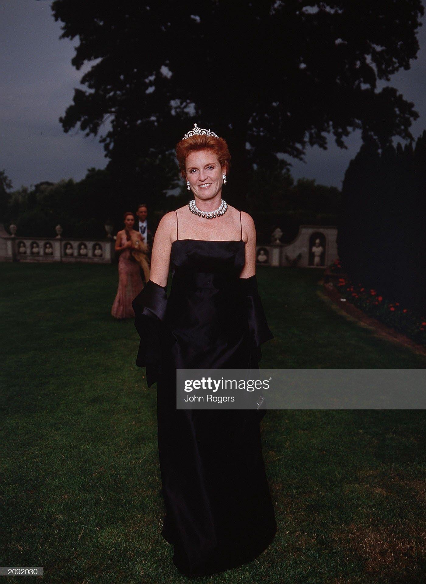 Вечерние наряды Отем пока еще Филлипс и Сары Йоркской Sarah Ferguson at the 2001 White Tie and Tiara Ball : News Photo