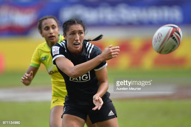 Sarah Goss of New Zealand passes the ball during the match between New Zealand and Australia at the HSBC Paris Sevens, stage of the Rugby Sevens...