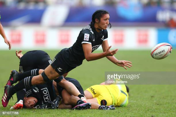 Sarah Goss of New Zealand passes the ball during the Women's Cup Final between New Zealand and Australia during the HSBC Paris Sevens at Stade Jean...