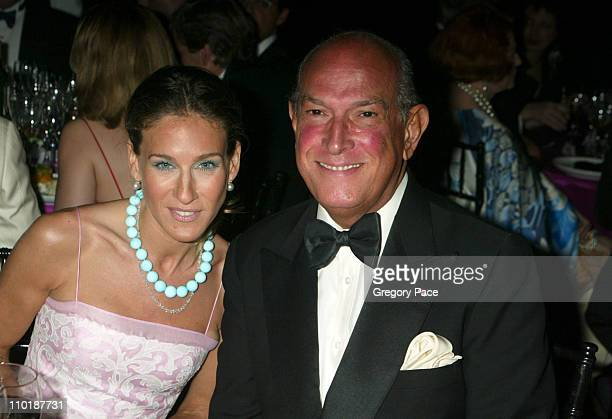 """Sarah Jessica Parker and Oscar de la Renta during The Fragrance Foundation's 32nd Annual """"Fifi"""" Awards - Inside Party at Hammerstein Ballroom in New..."""
