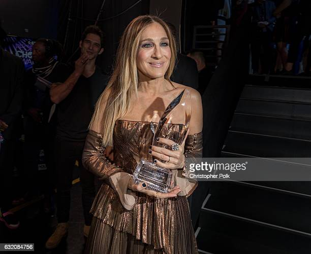 Sarah Jessica Parker winner of the Favorite Premium Series Actress Award poses backstage during the People's Choice Awards 2017 at Microsoft Theater...
