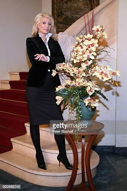 Sarah Kern ARDSerie 'Verbotene Liebe' Köln Deutschland ProdNr 1711/2006 Kulisse Studio Treppe Blumen Ganzkörper Daily Soap Schauspielerin Model Promi...