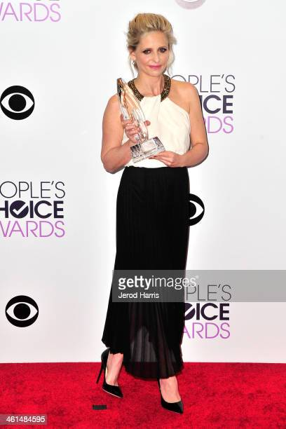 Sarah Michelle Gellar poses backstage with her People's Choice Award at the 40th Annual People's Choice Awards Press Room at Nokia Theatre LA Live on...
