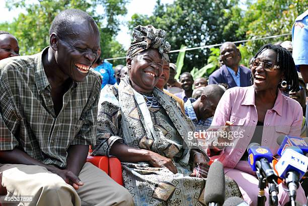Sarah Onyango Obama US Presidentelect Barack Obama's stepgrandmother talks to reporters at her home on November 5 2008 in Kegolo Kenya