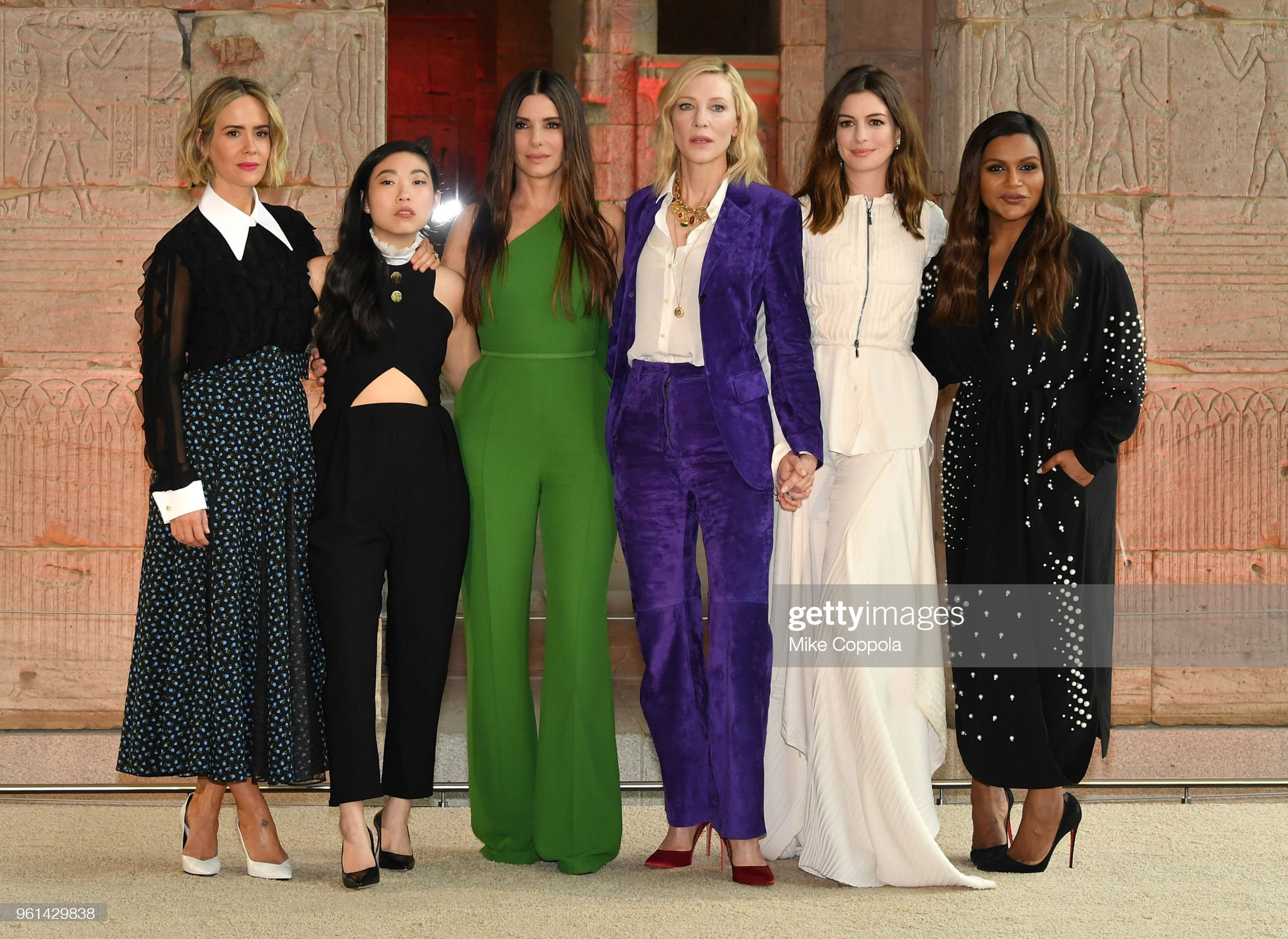 ¿Cuánto mide Anne Hathaway? - Real height Sarah-paulson-awkwafina-sandra-bullock-cate-blanchett-anne-hathaway-picture-id961429838?s=2048x2048