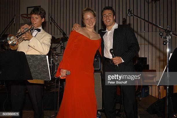 SarahJane Janson Max Greger jr jr Mitglieder der Musikgruppe 'SunshineSwingers' 'AbiBall 2004' München 19 062004 'Gymnasium Oberhaching' Aula Bühne...