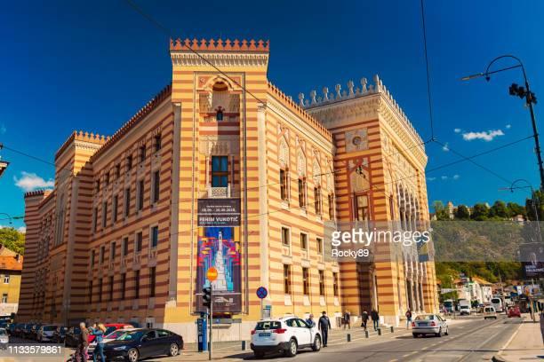 câmara municipal de sarajevo e antiga biblioteca nacional vijećnica – bósnia e hercegovina - bósnia herzegovina - fotografias e filmes do acervo