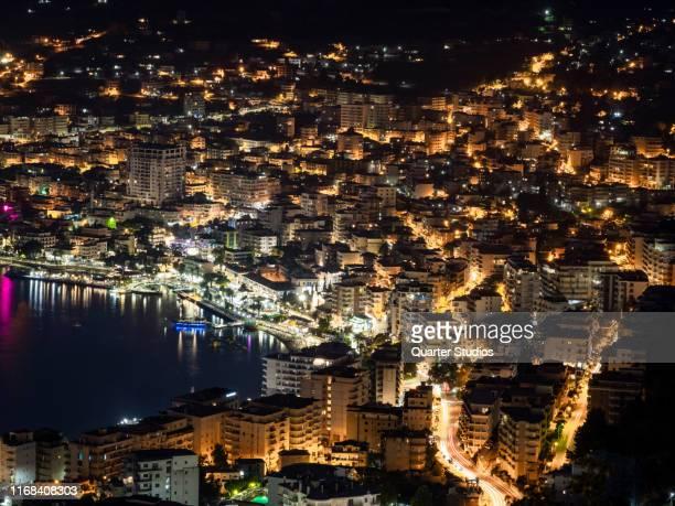 アルバニアの夜の光のサランダ市は、美しい空と上から見えます - アルバニア ストックフォトと画像
