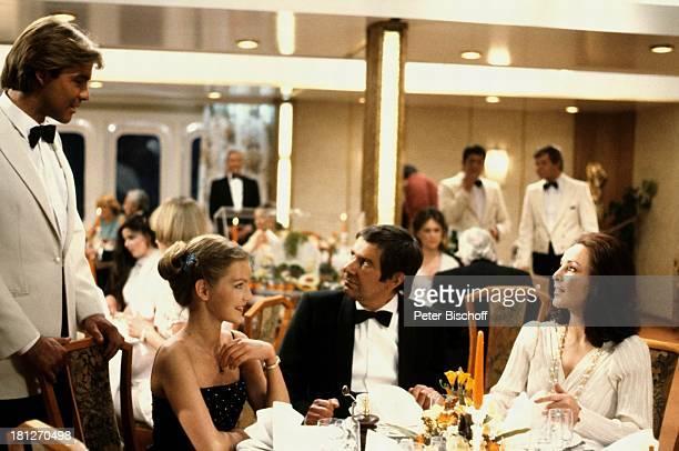 Sascha Hehn Gerd Baltus Dietlinde Turban Alwy Becker ZDFReihe Traumschiff Folge 5 Karibik/Grenada MS Vistafjord Anzug unter Deck Passagiere Tisch...