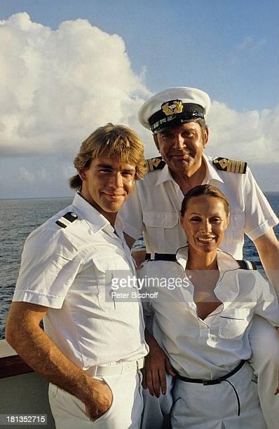 Sascha Hehn Günter König Heide Keller ZDFReihe 'Traumschiff' Folge 1 'Bahamas/Karibik' MS 'Vistafjord' Kreuzfahrt Kreuzfahrtschiff auf Deck Mütze...