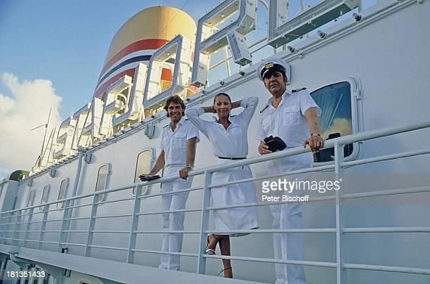 Sascha Hehn Heide Keller Günter König ZDFReihe 'Traumschiff' Folge 1 'Bahamas/Karibik' MS 'Vistafjord' Kreuzfahrt Kreuzfahrtschiff auf Deck Mütze...