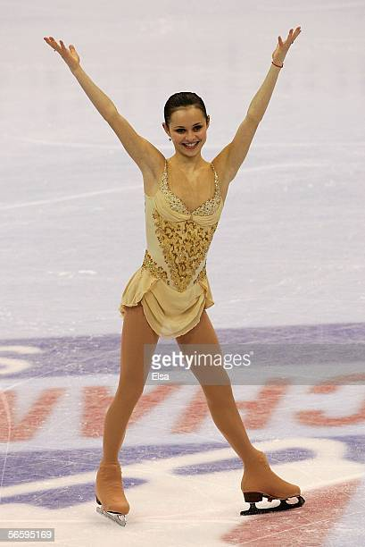 Sasha Cohen knowledges the crowd as she enters the ice for the medal ceremony after the Women's Free program during the 2006 State Farm U.S. Figure...