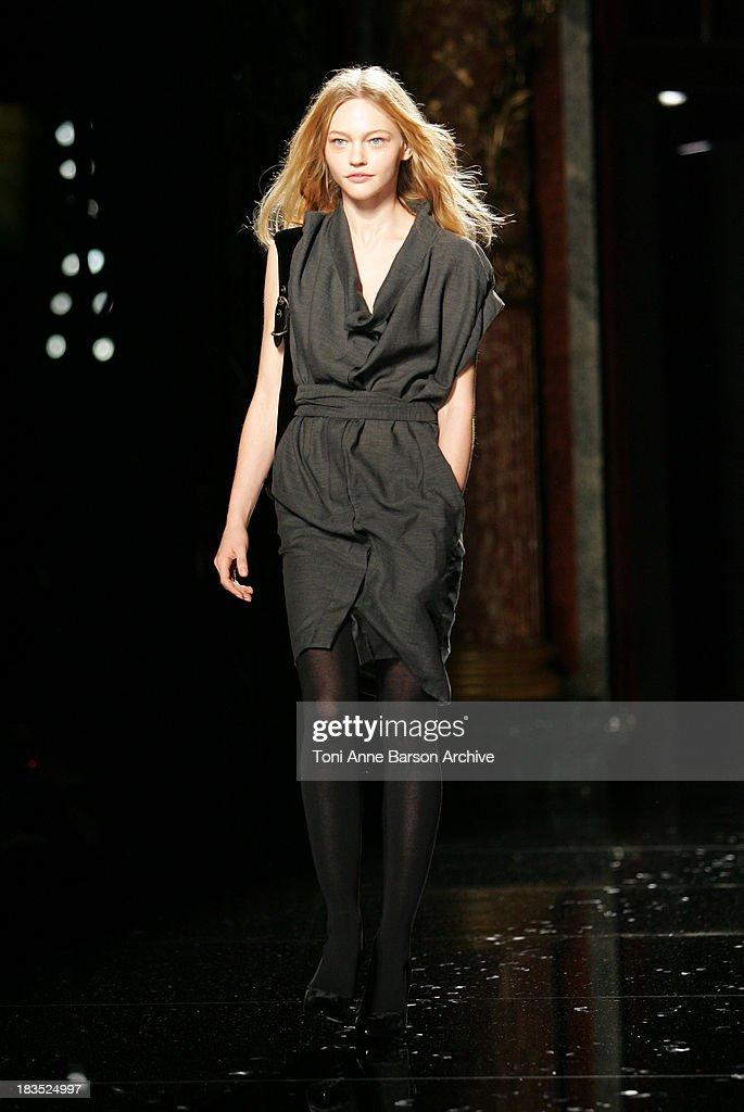 Paris Fashion Week - Autumn/Winter 2006 - Ready to Wear - Stella McCartney - Runway : News Photo