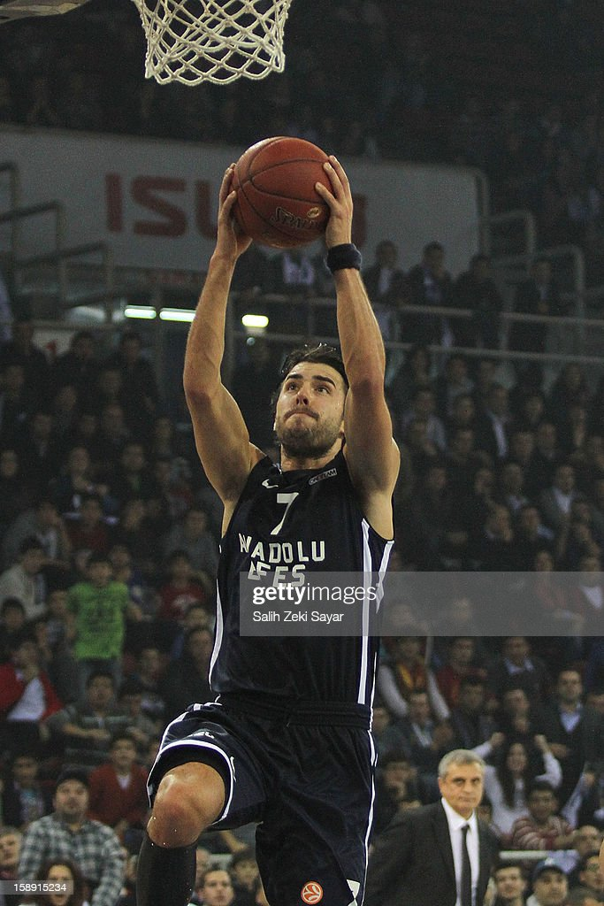 Sasha Vujacic #7 of Anadolu Efes in action during the 2012-2013 Turkish Airlines Euroleague Top 16 Date 2 between Anadolu EFES Istanbul v Panathinaikos Athens at Abdi Ipekci Sports Arena on January 3, 2013 in Istanbul, Turkey.