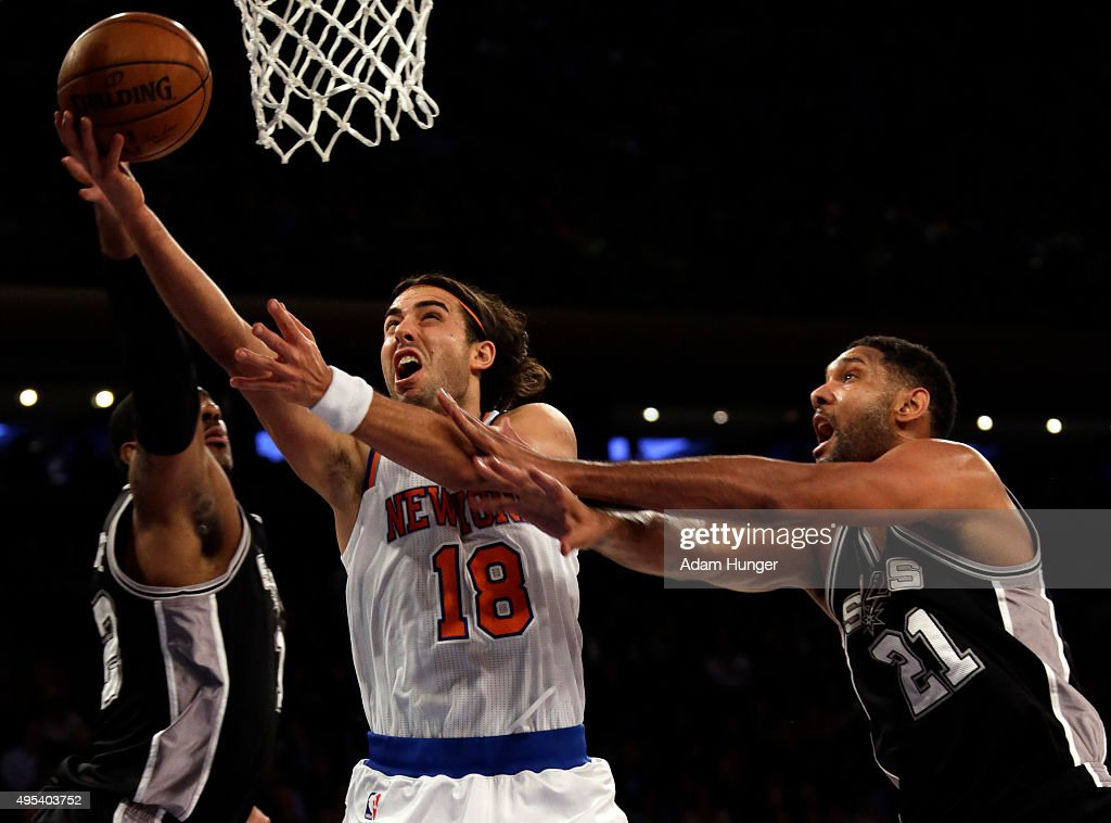 Sasha Vujacic #18 of the New York Knicks drives to the basket past Tim Duncan #21 of the San Antonio Spurs during the first quarter at Madison Square Garden on November 2, 2015 in New York City.