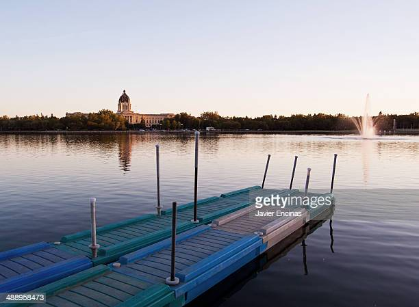 saskatchewan legislative building wascana lake - レジーナ ストックフォトと画像