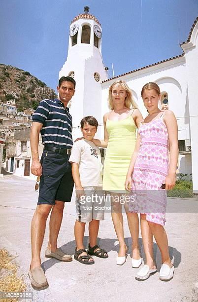 Saskia Valencia Ehemann Nicolas SohnLeonard Tochter Alexandra KircheMarktplatz Urlaub Bergdorf DorfKr'tsa Insel Kreta Griechenland