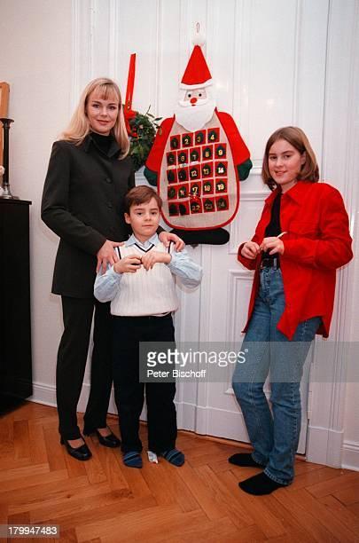 Saskia Valencia mit Tochter AlexandraSohn Leonard Homestory Berlin Deutschland Europa AdventWeihnachten