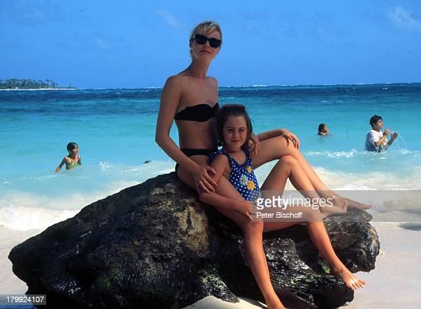 Saskia Valencia Tochter Alexandra SanAndres/Kolumbien Urlaub Strand MeerSonnenbrille Felsen Bikini