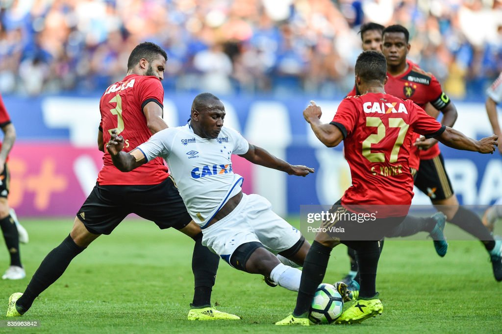 Sassa #99 of Cruzeiro and Alves #3 of Sport Recife battle for the ball during a match between Cruzeiro and Sport Recife as part of Brasileirao Series A 2017 at Mineirao stadium on August 20, 2017 in Belo Horizonte, Brazil.