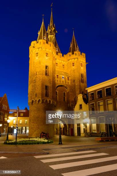 """sassenpoort in the city of zwolle at night - """"sjoerd van der wal"""" or """"sjo"""" stock pictures, royalty-free photos & images"""