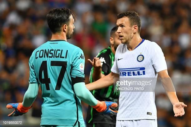 Sassuolo's goalkeeper Andrea Consigli and Inter Milan's Croatian midfielder Ivan Perisic argue during the Italian Serie A football match Sassuolo vs...