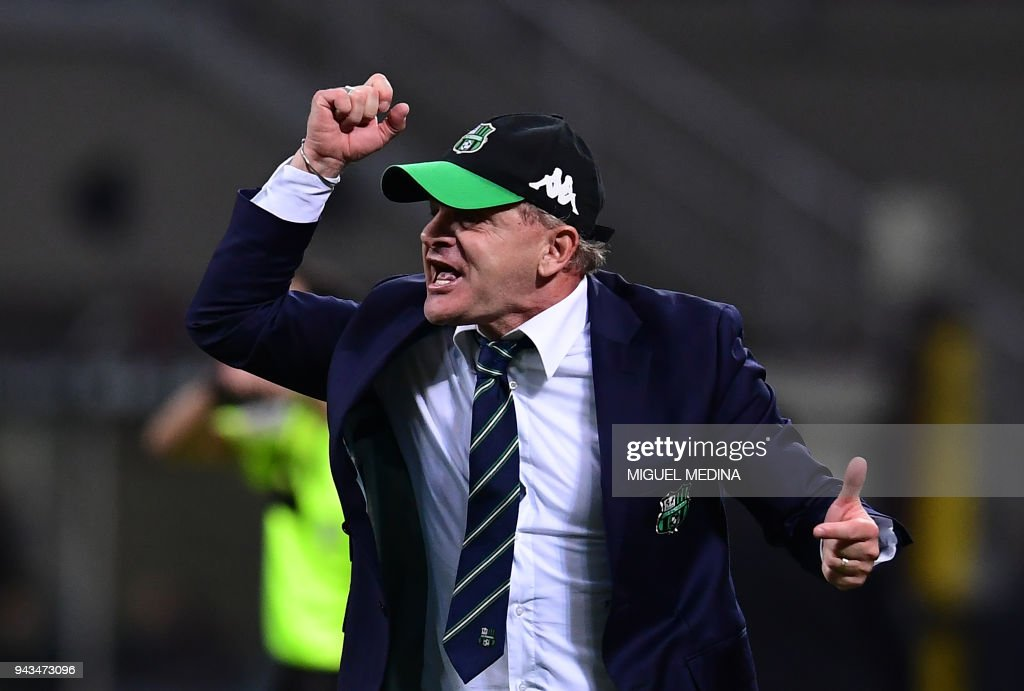 Sassuolo's Italian coach Giuseppe Lachini gestures during the Italian Serie A football match between AC Milan and Sassuolo at the San Siro stadium in Milan on April 8, 2018. /