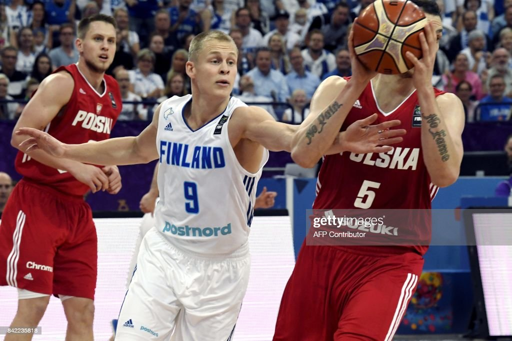 Sasu Salin (C) of Finland vies with Aaron Cel (R) of Poland during the basketball European Championships Eurobasket 2017 qualification round match between Finland and Poland in Helsinki, Finland, on September 3, 2017. / AFP PHOTO / Lehtikuva / Jussi Nukari / Finland OUT