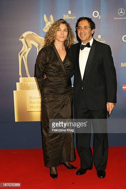 Sat1 Chef Roger Schawinski Und Ehefrau Gabriella Sontheim Bei Der 57 Bambi Verleihung Im Internationalen Congress Centrum München Am 011205