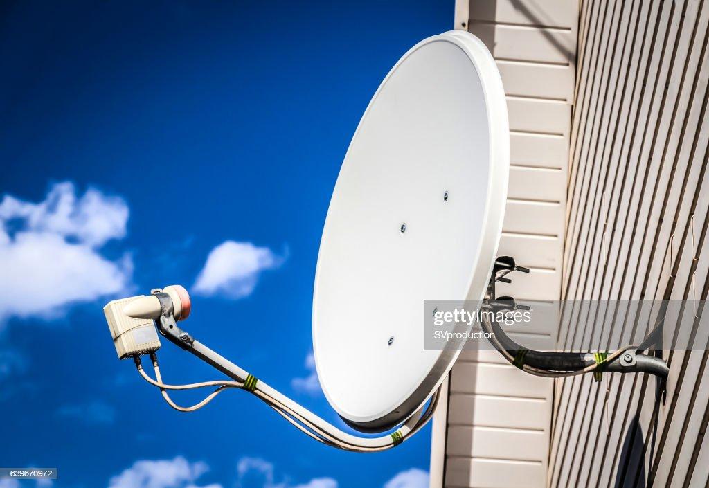 Satellitenschüssel auf einer haus : Stock-Foto