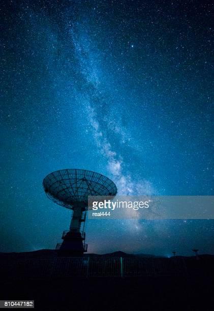 Antenne parabolique sous un ciel étoilé