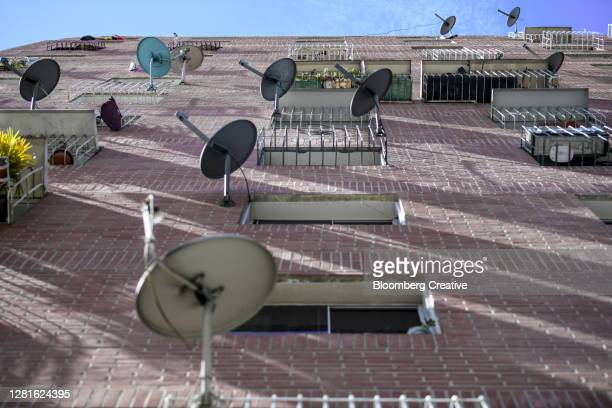 tv satellite dishes on a residential building - カラカス ストックフォトと画像