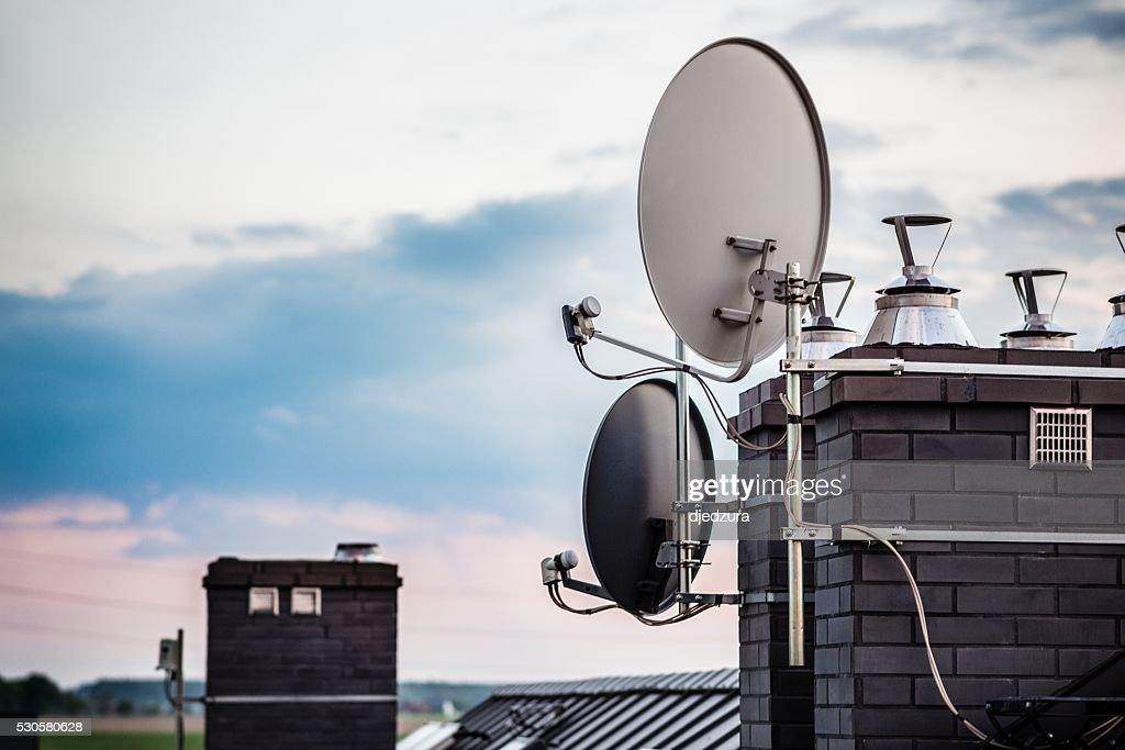 Satellitenschüsseln, Satelliten-Antennen der auf der schornstein : Stock-Foto