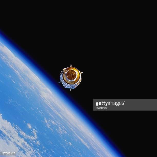 satellite orbiting earth - orbiting stock-fotos und bilder