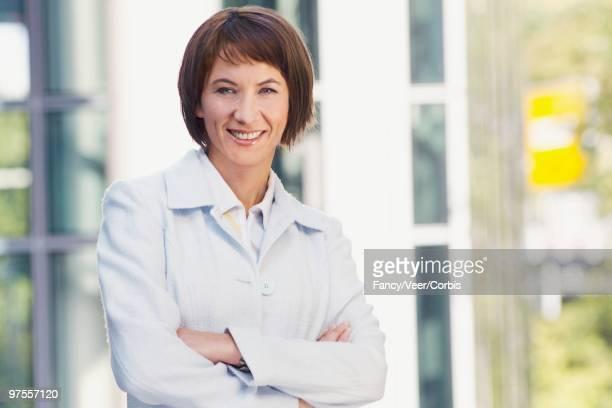 satisfied businesswoman - corte de pelo por encima de los hombros fotografías e imágenes de stock