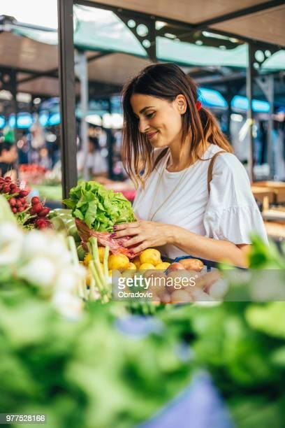 袋に野菜を入れて満足して購入 - 商売場所 市場 ストックフォトと画像