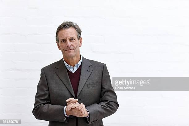 satisfecho empresario maduro - 55 59 años fotografías e imágenes de stock