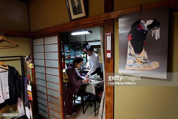 Satoshi Yamashita has tea with Geisha Yuko Asakusa at her home studio in the Asakusa District on November 6 2014 in Tokyo Japan 91 year old Yuko...