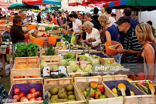 saturday market, place richelme, aix-en-provence - markt stockfoto's en -beelden