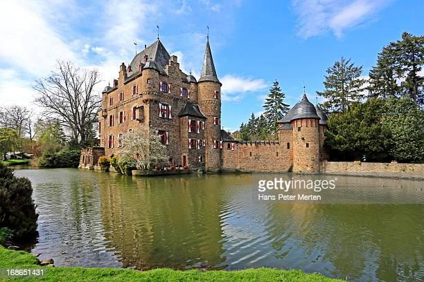 satzvey castle near euskirchen, eifel, germany - moat stock pictures, royalty-free photos & images