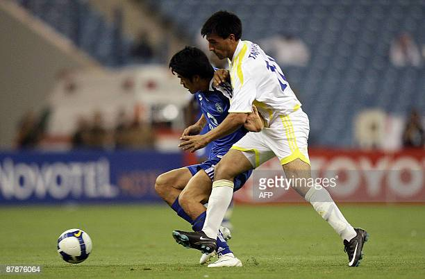 Saudi alHilal's South Korean forward Seol KiHyeon fights for the ball with Uzbek Pakhtakor's Farhod Tadjiyev during their AFC Champions League group...