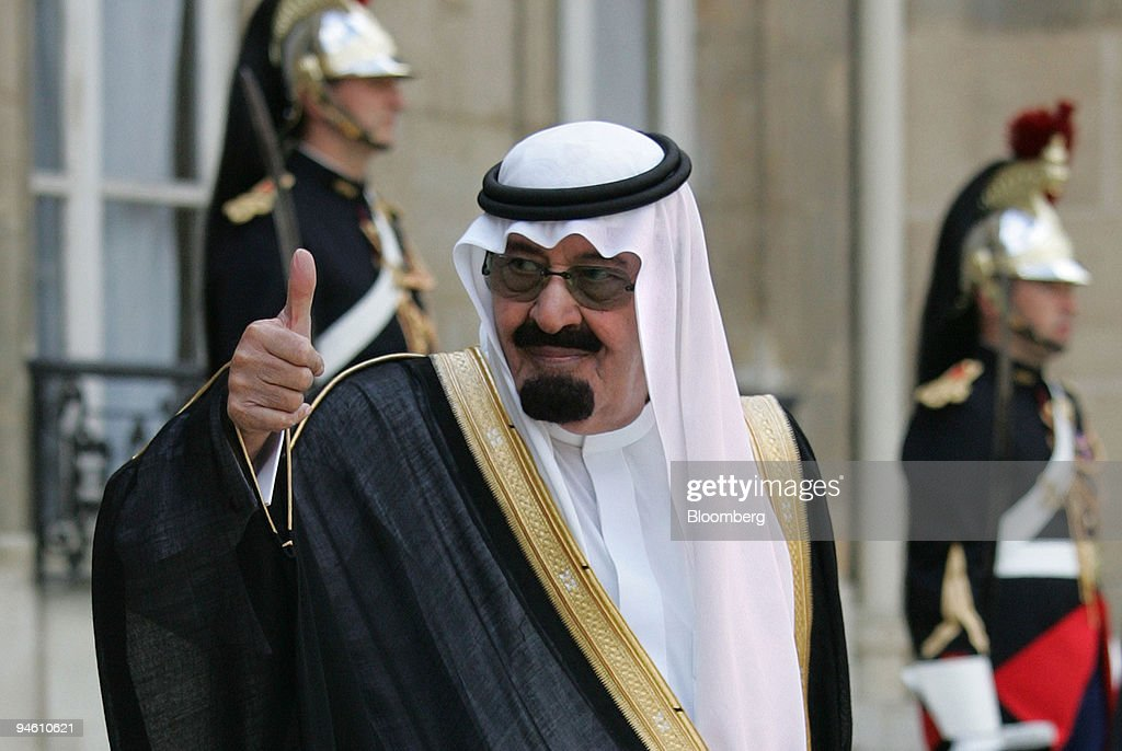 Saudi Arabian King Abdullah gives a thumbs up at the Elysee : News Photo