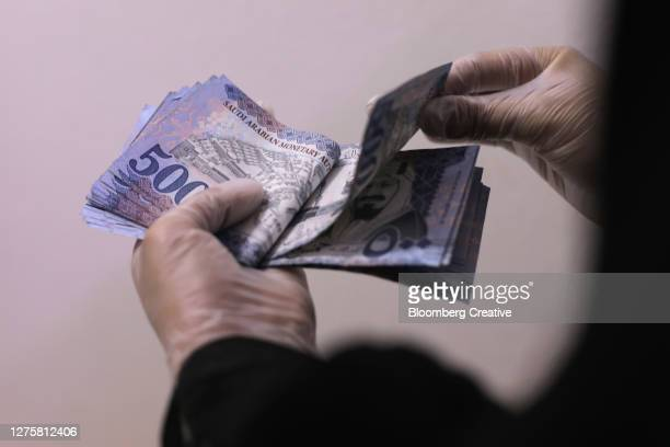 saudi arabian riyal banknotes - gulf countries stock pictures, royalty-free photos & images